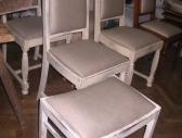 Krzesła i puf  bielone